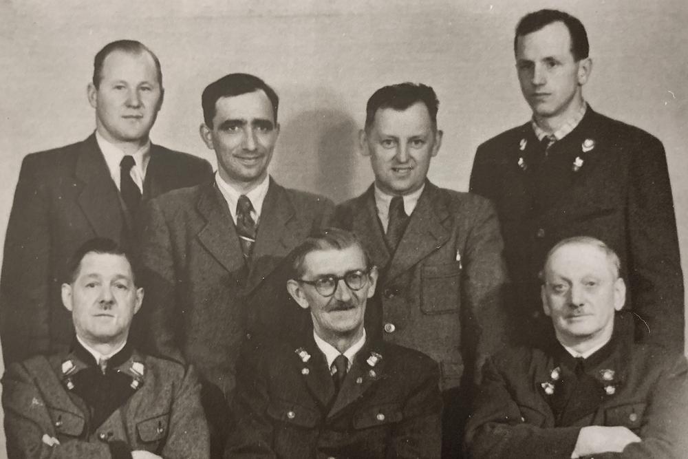 Bild des Betriebsrats der Fa. Redtenbacher, Aufn. 1953. Nach 1945 konnten sich wieder demokratische Parteien und eine gewerkschaftliche Vertretung der Arbeiter etablieren.