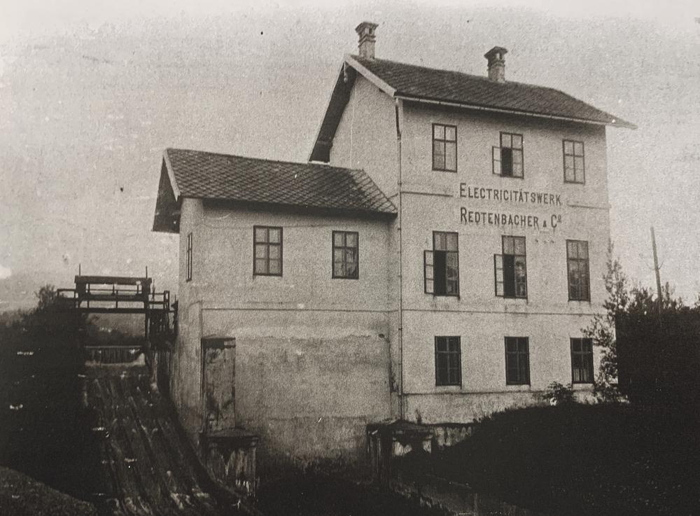 Bild des firmeneigenen Elektrizitätswerks Friedlmühle, Aufn. um 1900. Voraussetzung für die Entwicklung zum Industriebetrieb dieser Größe waren neue Formen der Energiegewinnung und -nutzung.