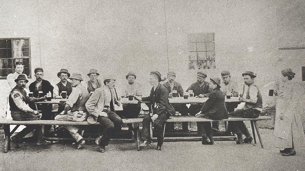 Bild: Nach der Arbeit bei den glühendheißen Essen schmeckte das kühle Bier. Aufn. um 1900.