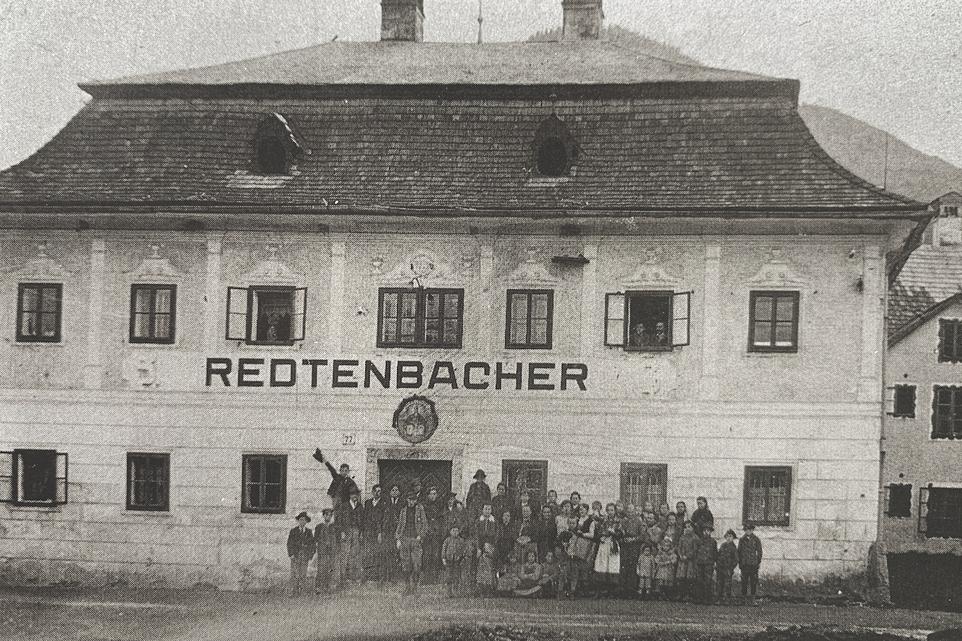 Bild des Geyerhauses, ehem. Herrenhaus und größtes Arbeiter-Wohnhaus. 1910 waren hier in 21 Wohnungen 103 Personen untergebracht.