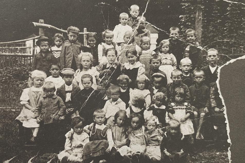 Fotos der Kinder der im Geyerhaus eingemieteten Wohnparteien, Aufn. 1909