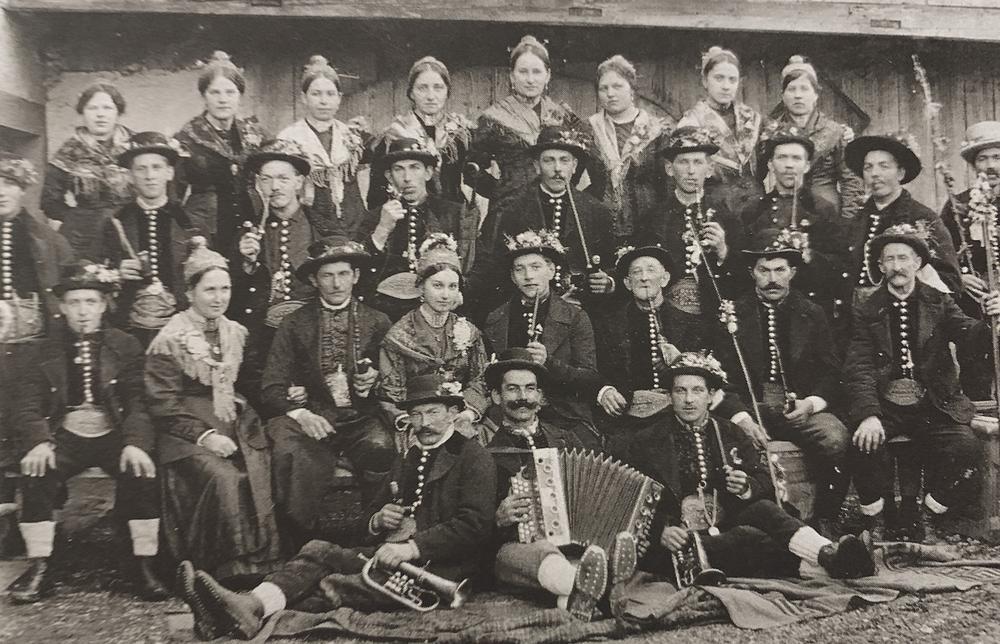 Bild der aus der Zunfttradition überkommenen Trachten der Sensenschmiede und ihrer Ehefrauen, Aufn. um 1910