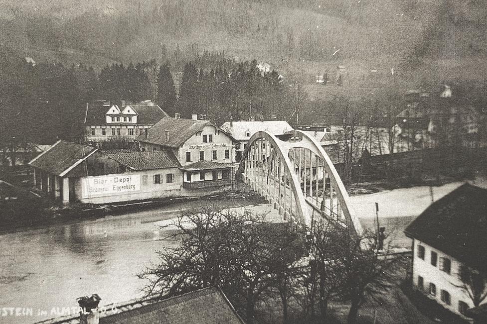 Im Jahr 1927 wurde die reparaturanfällige Holzbrücke über die Alm durch eine moderne Stahlbetonkonstruktion ersetzt.