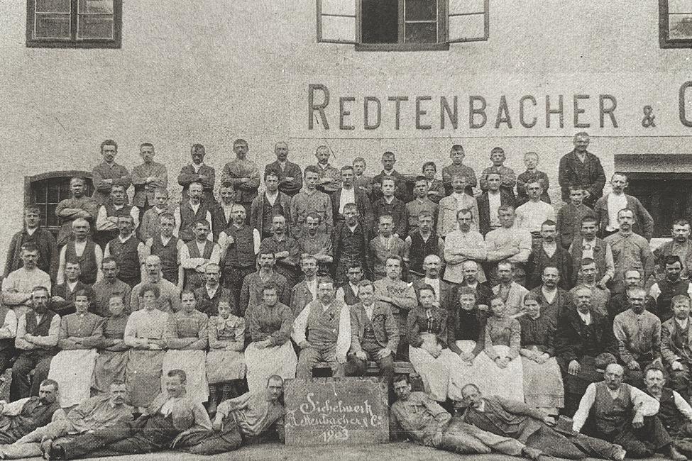 1897 wurde das Sichelwerk eröffnet, das im Jahr 1903, als diese Aufnahme entstand, bereits 106 ArbeiterInnen beschäftigte.