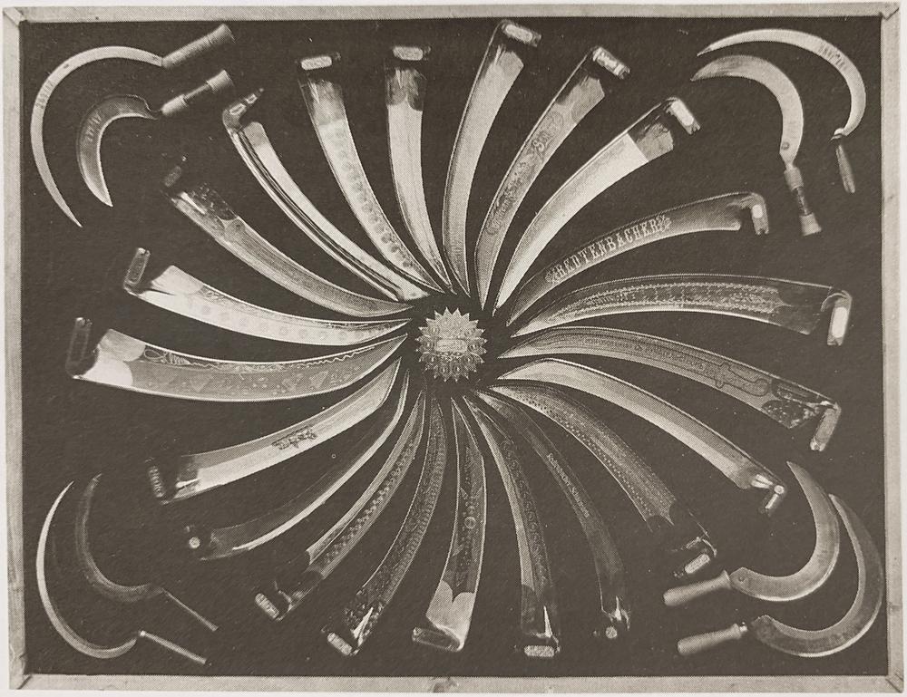 Bild eines Präsentationstableaus mit Scharnsteiner Sensen und Sicheln, Aufn. ca. 1920