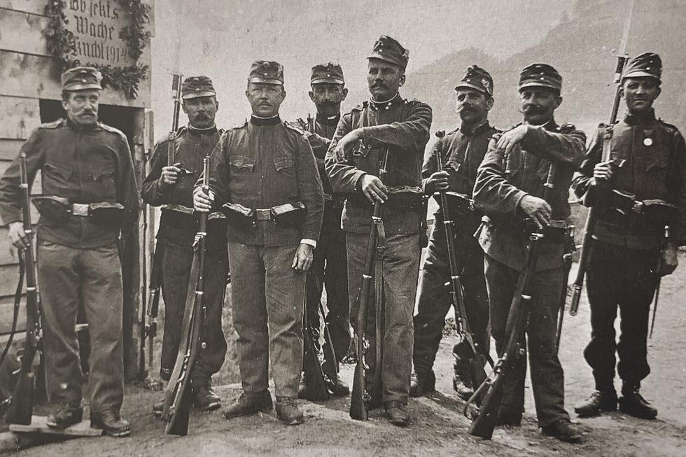 Bild von Rekruten. 1. Weltkrieg: Bereits im August 1914 wurden über 130 Scharnsteiner Sensen- und Sichelarbeiter zum Militär einberufen.