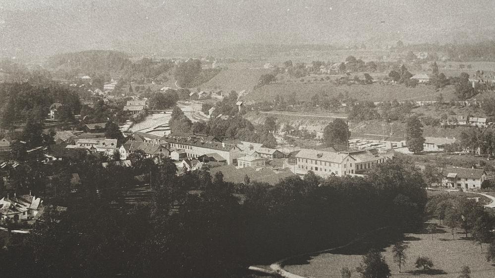 Ansicht Unterscharnstein: In der Mitte das Hauptwerk und das Sichelwerk. Im Hintergrund der Gasthof Hofmühle, dahinter (verdeckt) der Geyerhammer. Aufn. ca. 1920