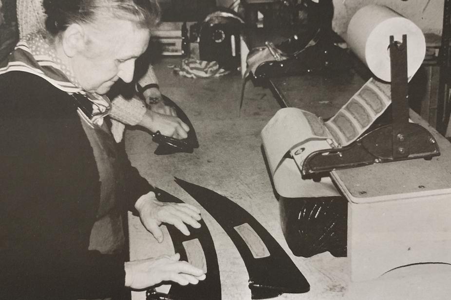 Foto einer Frau beim Etikettieren, Aufn. 1973