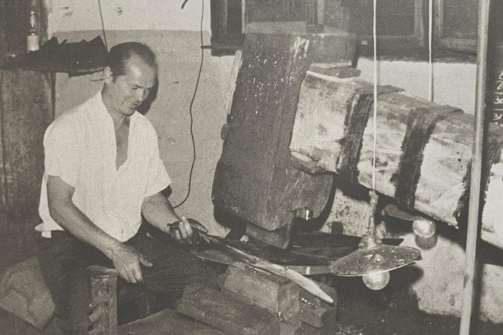 Bild eines Essmeisters beim Breiten, hier Spitzbreiten