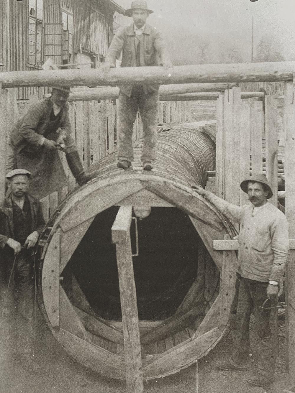 Bild: Bau der Druckleitung zur neuen Turbinenanlage des Viktoriawerkes. Fertigstellung 1924