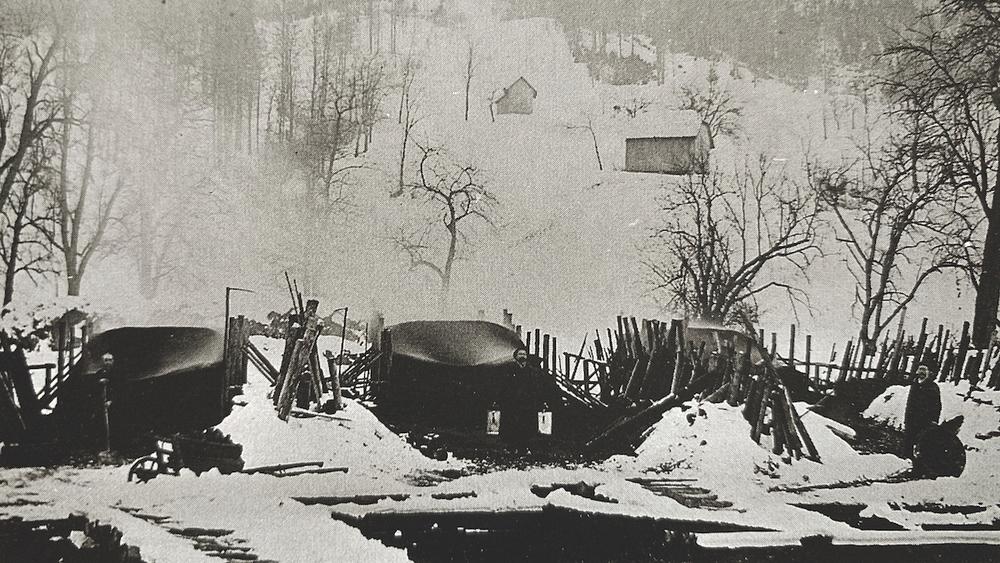 Bild: Bis zur gänzlichen Verdrängung der Holzkohle durch mineralische Kohle wurden auch firmeneigene Kohlenmeiler betrieben, Aufn. um 1900