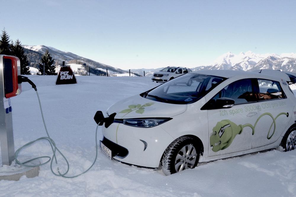 Foto eines Elektroautos, das an der E-Ladestelle aufgeladen wird.