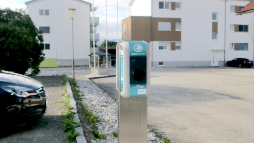 E-Tanksäule Richtung Wohnblock