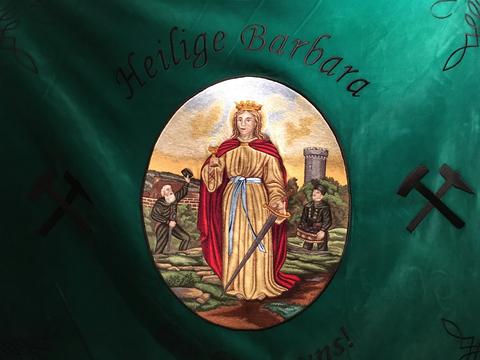 Foto der heiligen Barbara auf einer Fahne