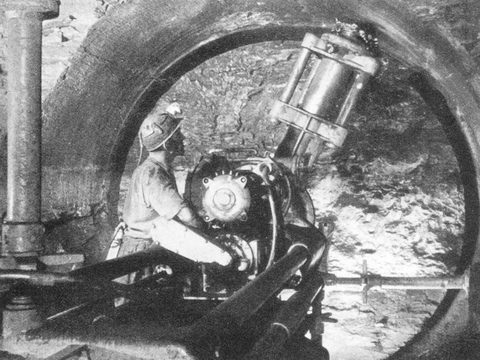 Foto einer Rundschrämmmaschine, die ein kreisförmiges Profil aus dem Stollen herausschrämmt.