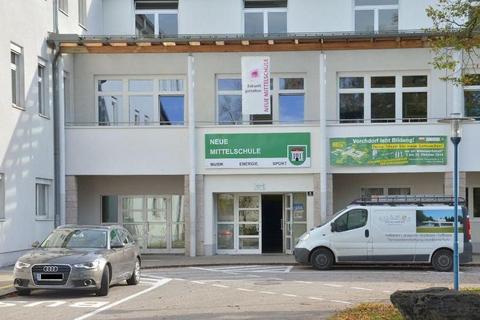 Das Bild zeigt den Haupteingang der NMS Vorchdorf. auf einem Schild wird auf den Energieschwerpunkt hingewiesen