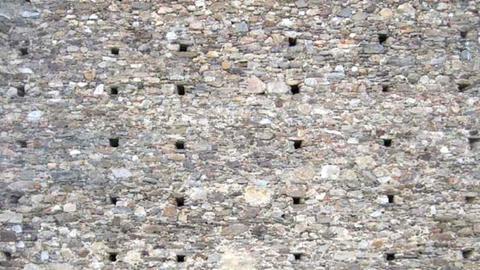Bild einer Steinmauer mit Gerüstlöchern