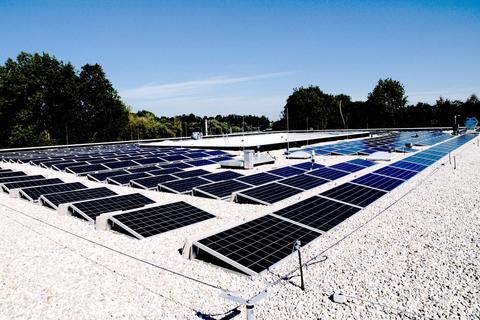 Foto der PV-Anlage am Dach der NMS Schwanenstadt