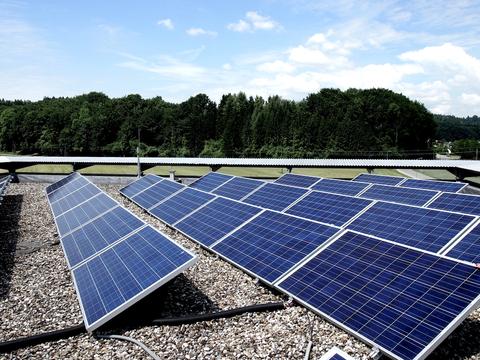 Foto der PV-Anlage am Dach des Technologiezentrums Attnang-Puchheim