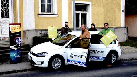 Foto Menschengruppe mit Auto