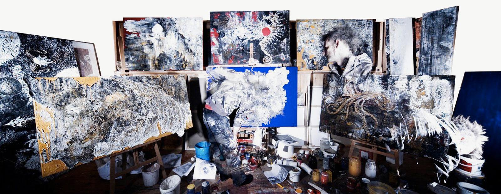 Bild des Künstlers Giovi in seinem Atelier